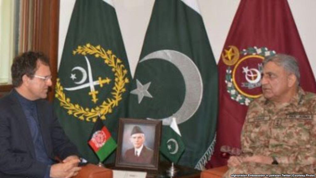 افغان سفیر د پاکستاني پوځ له مشر سره د امن پلان پر عملي کېدو غږېدلی