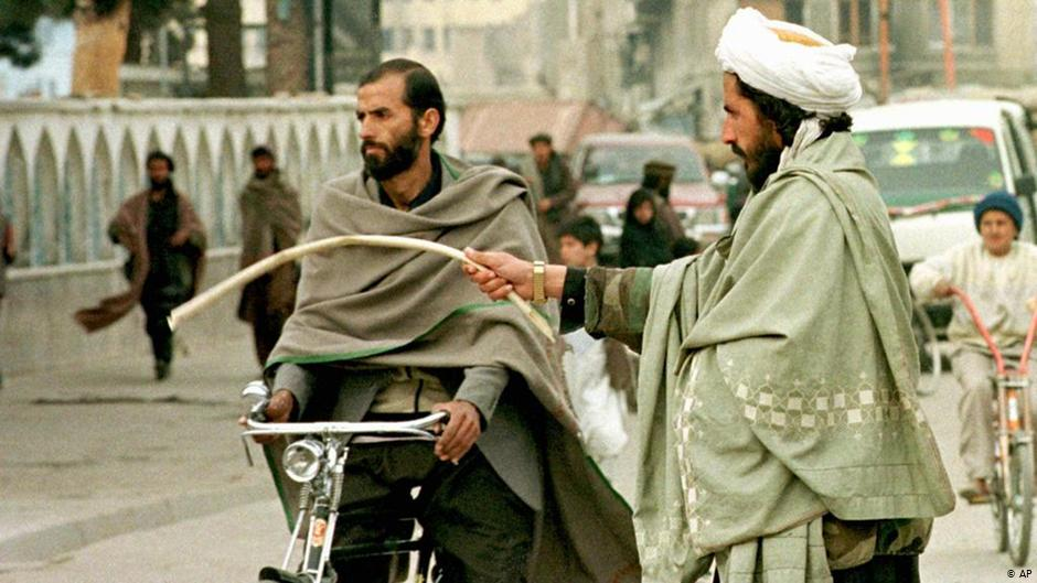 تاند (دوشنبه، د میزان ۲۱) په افغانستان کې د امریکایي او ناټو ځواکونو عمومي قومندان جنرال سکاټ مېلر وایي، طالبان باید په هلمند کې خپل یرغلیز اقدامات ژر تر ژره ودروي او بې له ځنډه په ټول هېواد کې تاوتریخوالی کم کړي.  نوموړي زیاته کړې، تاوتریخوالی د طالبانو او امریکا ترمنځ د شوې هوکړې خلاف دی او دا چاره د سولې روانه پروسه زیانمنوي او په خبره یې غوره ده یاده ډله هر څه ژر له ورته کړنو لاس پر سر شي.  په ورته مهال په افغانستان کې د امریکایي ځواکونو ویاند ویلي، چې په هلمند کې یې په تېرو دوو ورځو کې د افغان ځواکونو په ملاتړ پر وسله والو طالبانو سخت هوایي بریدونه کړي دي.  هغه ویلي، د امریکا او طالبانو د هوکړې پر بنسټ، دوی د طالبانو د بریدونو پر وړاندې له افغان ځواکونو د دفاع حق لري.